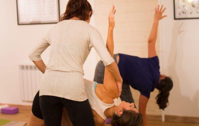 À mesure que les années passent et que la pratique quotidienne du yoga s'affine, le regard et les autres sens s'aiguisent. Aujourd'hui, je vais vous parler de la manière dontl'énergie d'un(e) enseignant de yoga se répercute sur ses élèves. Si vous démarrez dans cette discipline, il est probable que ça ne fasse pas écho chez vous. Ça ne veut pas dire que vous n'êtes pas impacté(e), mais simplement vous ne le sentez pas (encore). Vous y reviendrez plus tard, chaque chose en son temps…