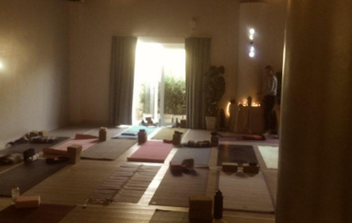 Tenter d'enseigner le yoga en 2017, c'est se retrouver au carrefour entre des pratiques qui se prétendent elles-mêmes « traditionnelles »(dont la forme serait maintenue relativement similaire au fil des transmissions ?) et d'autres que certains taxent de déviances commerciales. Parmi elles, les cours de yoga en musique. J'ai cherché à me faire ma propre idée (=expérience directe) sur ce sujet plutôt que de céder à la tentation de colporter celles des autres.