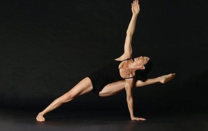 « Une de mes plus grandes frustrations dans le fait d'être associée au yoga ashtanga, est que les autres yogis pensent que ma pratique posturale et mon enseignement, doivent adhérer à la forme dite « traditionnelle ». (Je mets la tradition ici entre guillemets en référence à la tradition de Patthabi Jois et non à la tradition de l'ashtanga de Patanjali. Or c'est cette dernière que je pratique et enseigne.) Beaucoup ont une vision négative de cette fameuse « tradition ».