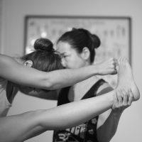 Cours d'ashtanga yoga avec la professeur Flora Trigo, au studio Yoga shala, à Rennes.