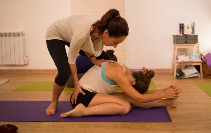 Cet article vous intéressera plus particulièrement si vous êtes enseignant(e) de yoga ou même soignant (médecin, psychologue, kinésithérapeute, ostéopathe, infirmier(e)…), ou tout simplement si vous êtes amené(e)s à travailler quotidiennement pour/avec des personnes. Il est né des retours que j'ai fréquemment concernant la condition actuelle de « prof de yoga » (métier à la mode, vous avez dû le remarquer). Je n'ai certainement pas la prétention de parler au nom de tous, mais de ce que j'en entends par échos très réguliers, beaucoup sont fatigués, voire pour certains carrément au bout du rouleau (burn-out).
