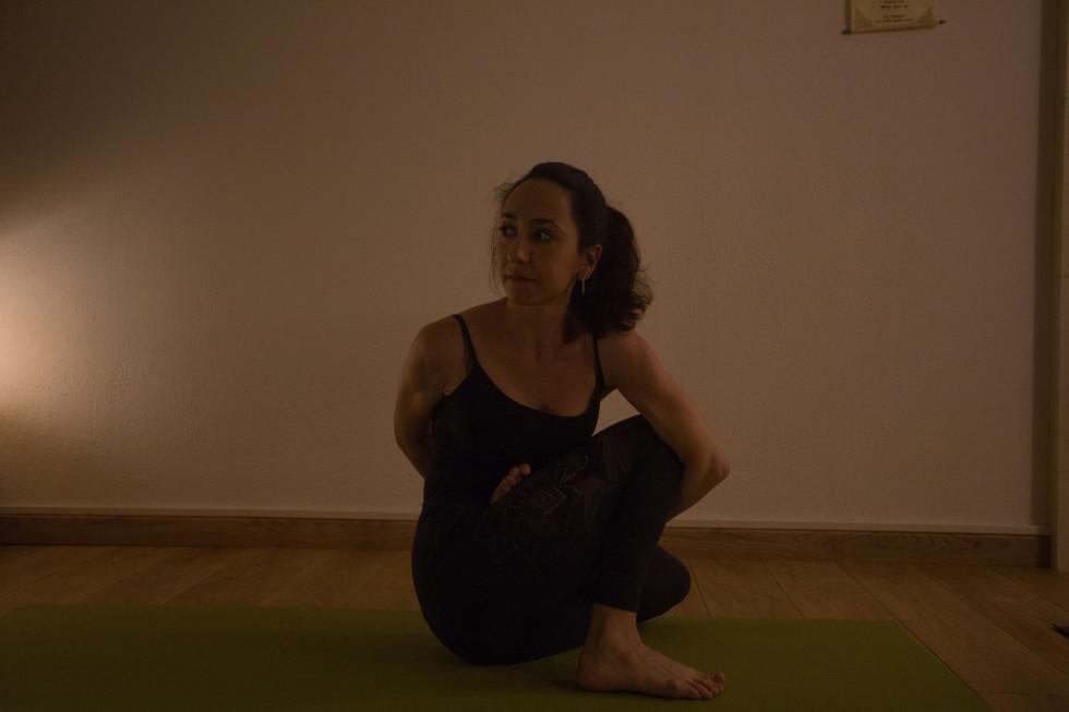 Professeur de yoga assise