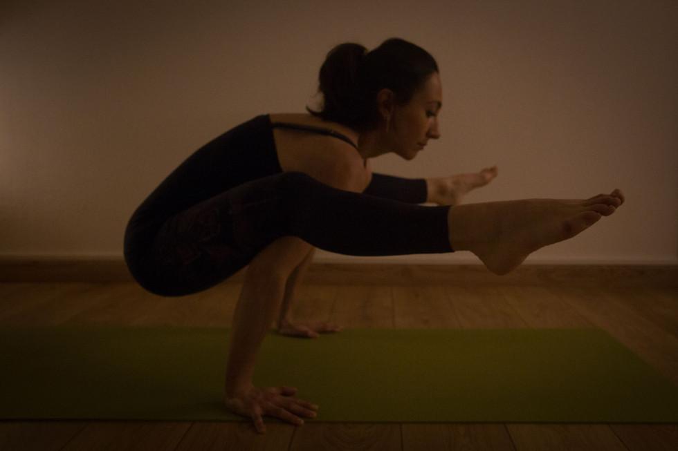 position pratiquée au cours d'un cours de yoga à rennes