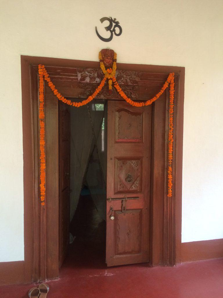 porte menant à un cours de yoga en Inde