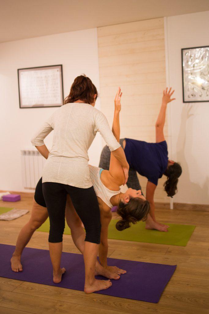 Impact de l'énergie : Cours d'ashtanga yoga avec la professeur Flora Trigo, au studio Yoga shala, à Rennes.