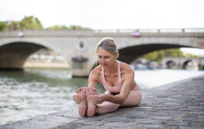 Linda Munro founded Ashtanga Yoga Paris (AYP) in 2004. Today, she shares with us her experience of practicing and teaching yoga for several decades. With her husband Gerald, she is the author of a book covering the Primary Series of Ashtanga Yoga (Yoga Chikitsa).