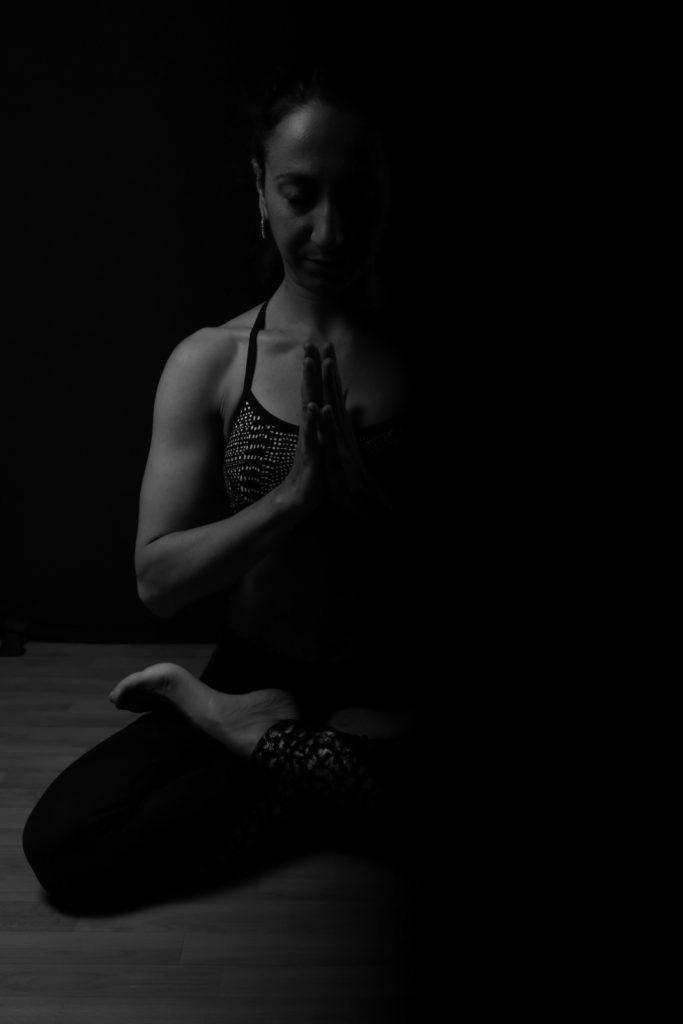 professeure de yoga en pleine méditation en noir et blanc