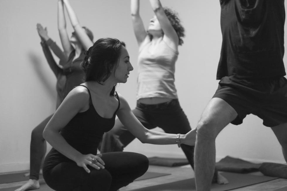 prof de yoga accroupie