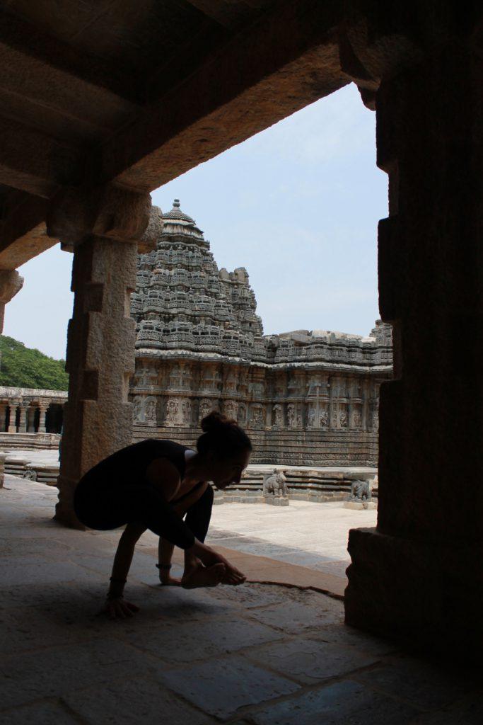 respirer avec le yoga ici au beau milieu d'un temple sacré