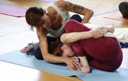 Annick Goueslain pratique le yoga ashtanga depuis les années 95/96. Elle compte parmi les pratiquant.e.s français les plus expérimenté.e.s. Quand elle ne forme pas des enseignants, elle vit et enseigne à Aix-les-Bains.